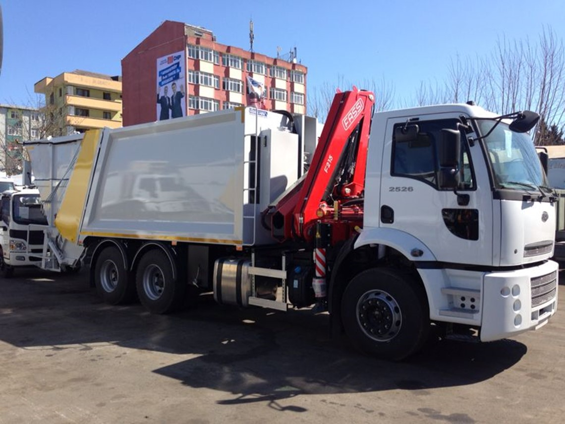 Rear loading garbage compactor equipped with crane in rear Garbage compactor